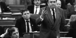 Torgyán József a parlamentben, tőle balra Antal, József kormányfő fotó: MTI