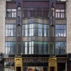 Galériánk a Deák Ferenc utca 17. szám 1. emeletén található, a Deák tértől 5 perc séta a Vörösmarty tér felé az utca bal oldalán.