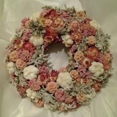 szarazvirág koszorú rózsaszín és szürke színben