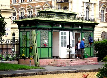 Ez a zöld házikó a Rózsák terén állja a sarat, több, mint száz éve, forrás: wikimedia commons
