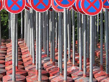 megállni tilos táblák
