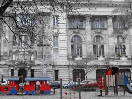 Szabadság tér, a Tőzsdepalota ma üresen álló épülete, előtte játszótér