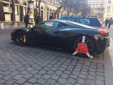 A 444 képe egy Bazilikánál megbilincselt Ferrariról