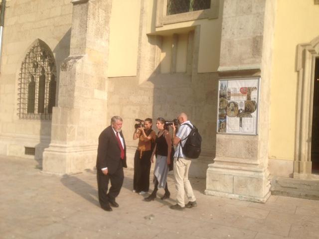 Kásler Miklós a szentmise után kamerával találkozik (fotó: ittlakunk.hu)