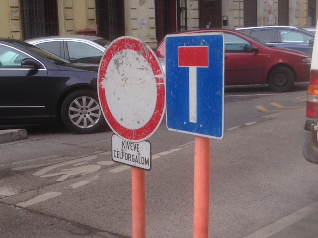 Táblák a Vörösmarty utca és az Aradi utca sarkán (fotó: ittlakunk.hu)